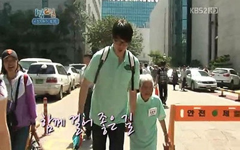 Angel-smiler Sung Si Kyung Takes Care of Grandparents