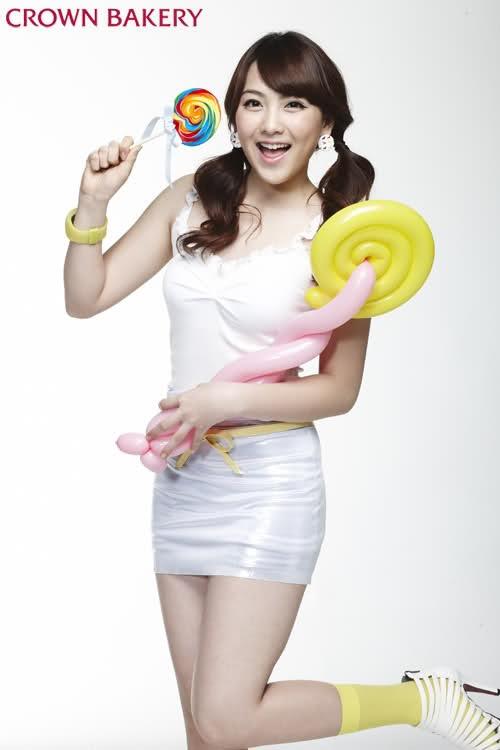 Kara's Kang Ji Young Hovers Over Her Older Teammates