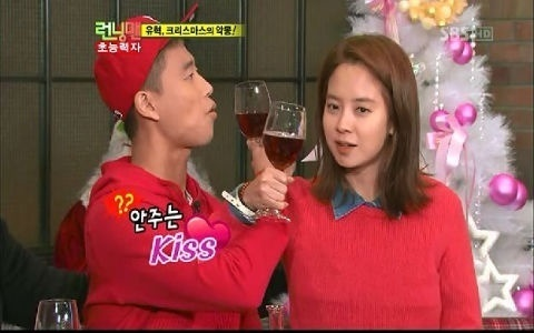 "Song Ji Hyo and Gary Hold Hands in Latest Episode of ""Running Man"""