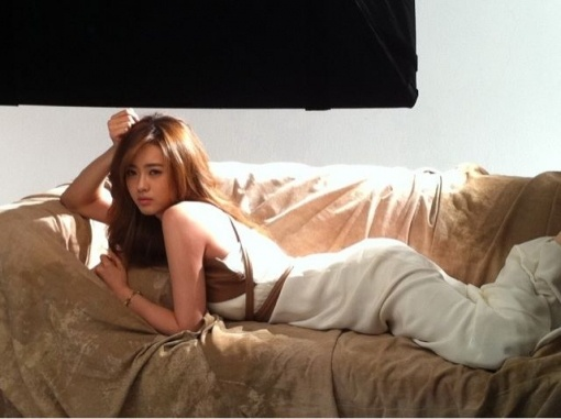 Go Ara's Sexy Pose on a Sofa