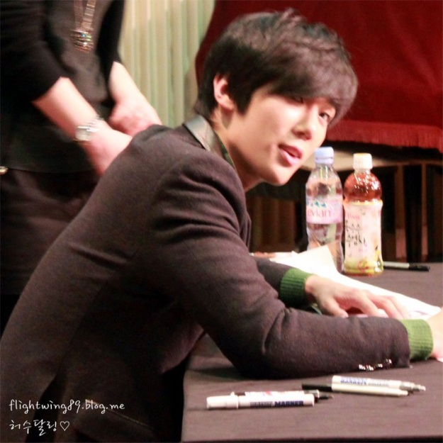 Park Jung Min Reacts to Frightening Fan At Signing Event!