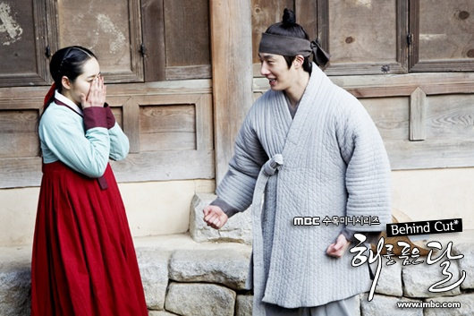"""Jung Il Woo and Han Ga In Clown Around Between Filming """"The Moon that Embraces the Sun"""""""