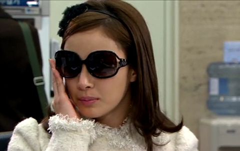 Netizens Comment that Kim Tae Hee Looks Like a Commoner in Sunglasses