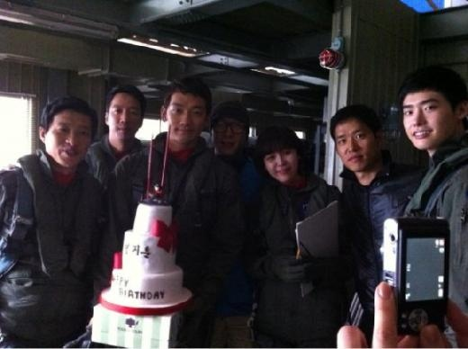 "Rain Celebrates 30th Birthday on the ""Red Muffler"" Movie Set"