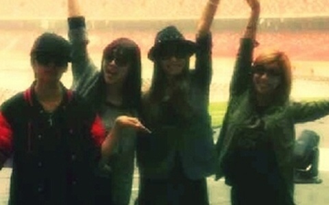 me2day: f(x) Poses for a Photo in Beijing