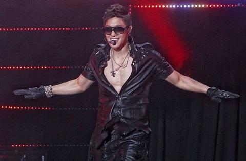 Kim Hyun Joong Spots a Fainted Teenage Fan during His First Showcase