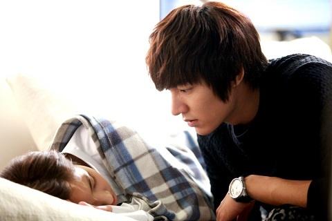 """City Hunter"" Teases With Lee Min Ho's Romantic Sofa Kiss"
