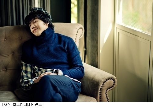 """Lee Seung Gi Releases MV for """"Because We're Friends"""""""