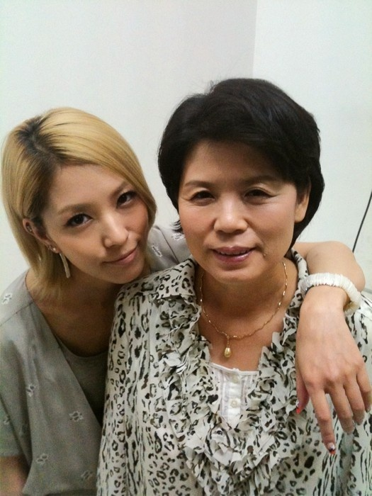 BoA Gets Chummy With Her Mom