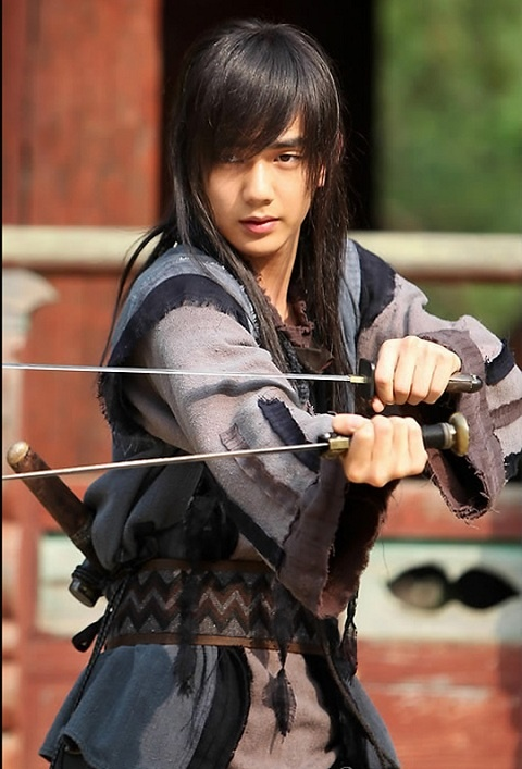 Yoo Seung Ho Fractures his Skull in Severe Car Accident