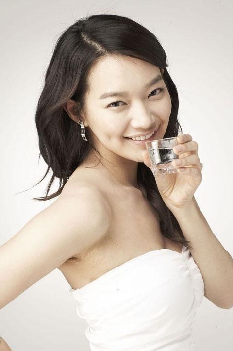 Shin Min Ah's Old Photo of Crooked Eyebrows Humors Fans