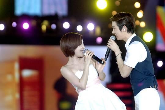 """'Adam Couple' Reunites For Love Song Duet at """"Korean Music Wave in Bangkok"""""""