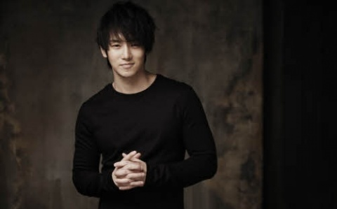 Hwanhee Congratulates Kim Hyun Joong on His Solo Debut