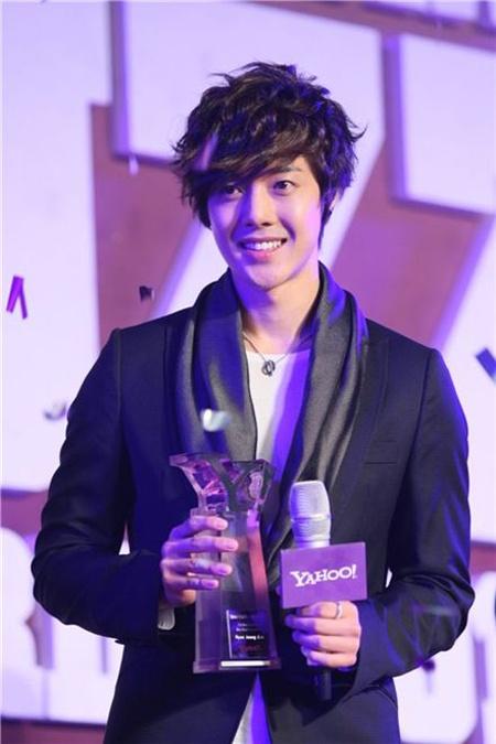 Kim Hyun Joong and Jang Geun Suk Win Big at Yahoo! Buzz Awards