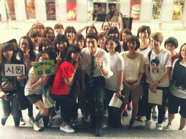 Choi Siwon Poses With Fans In Taiwan