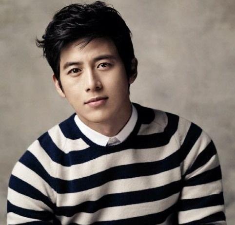 Netizens Surprised by Go Soo's Plain Wedding Invitations
