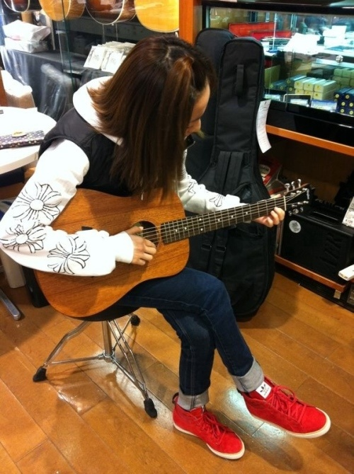 me2day: 2NE1's Sandara Park Playing the Guitar