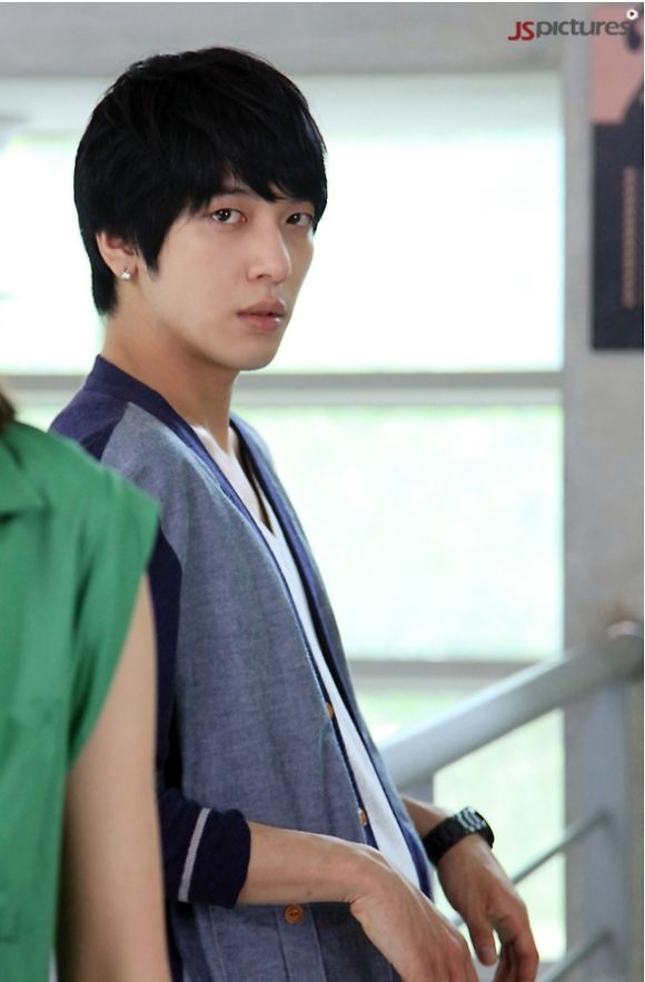 """""""Heartstrings"""" Teases with Jung Yong Hwa's Longing Look"""