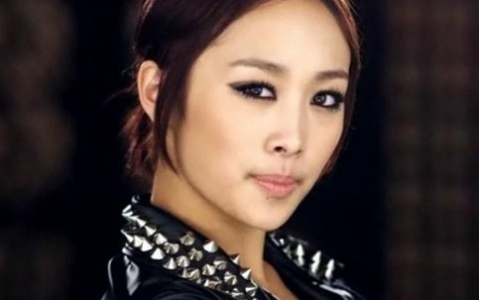 wheelchair-bound-nicole-gets-a-push-from-kang-jiyoung_image