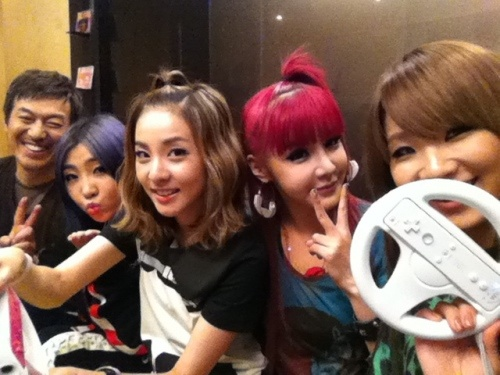 Kara's Han Seung Yeon Looks Slimmer, 2NE1 Plays the Wii, and More Tweets!