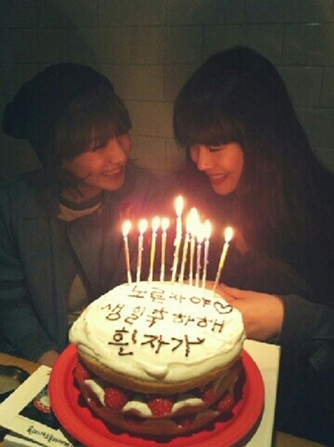 Kara's Jiyoung Bakes f(x) Sulli a Cake for her Birthday