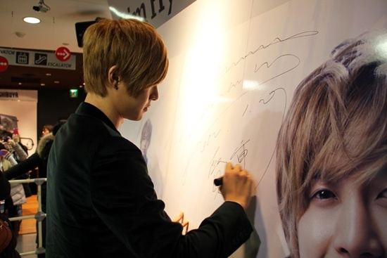 kim-hyun-joong-makes-a-surprise-appearance-at-japanese-music-stores_image