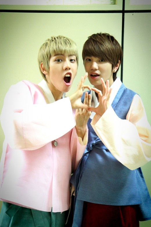 Infinite's Sung Jong and Dong Woo Pose for a Cute Chuseok Picture Together