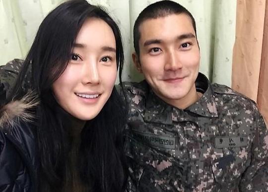 Choi Siwon de Super Junior comparte una dulce selca con su hermana