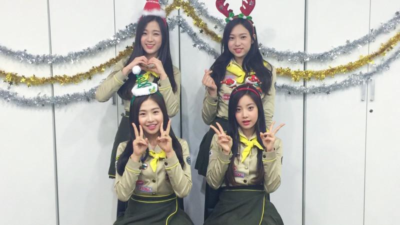 """Exclusiva: April realiza el juego de K-Pop """"Heads Up"""" y les desea una feliz navidad"""