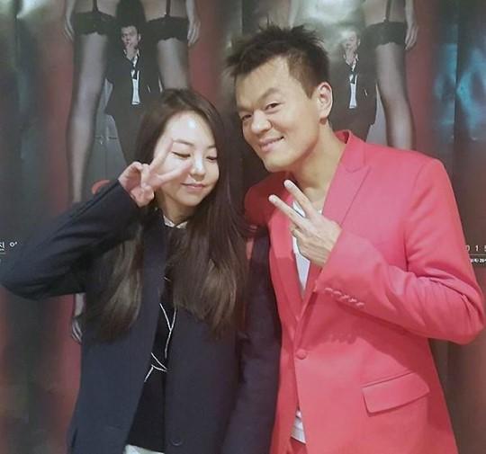Ahn Sohee posa detrás del escenario en el concierto de Park Jin Young