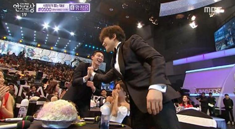 Ji Sung y Park Seo Joon ganan premio a mejor pareja en los 2015 MBC Drama Awards