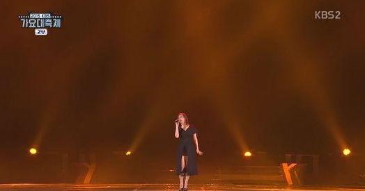"""Uno de los cantantes de refuerzo de Son Seung Yeon cae al suelo durante el festival """"2015 KBS Song Festival"""""""