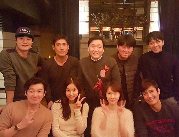 Lee Jung Hyun comparte una toma junto a Lee Seung Gi, PSY, Lee Byung Hun, Cho Seung Woo y más