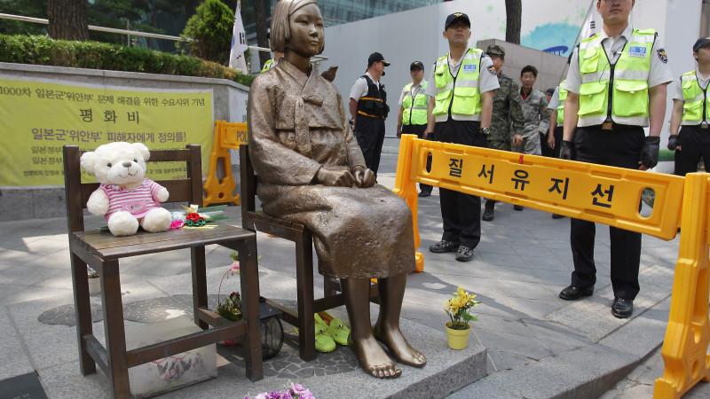 """Surcoreanos molestos con el acuerdo sobre las """"Mujeres de Solaz"""" que solicita retirar estatua conmemorativa"""