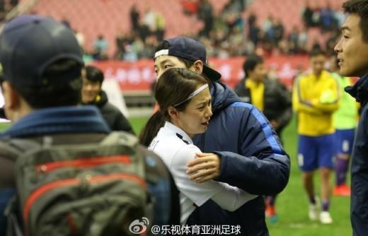 """Song Ji Hyo y Song Joong Ki comparten un abrazo emotivo en el set de """"Running Man"""""""