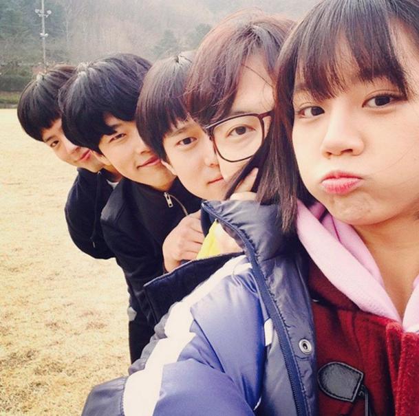 """Hyeri de Girl's Day comparte foto junto al elenco de """"Reply 1988"""""""