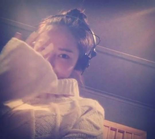 Jessica saluda a sus fans desde el estudio de grabación