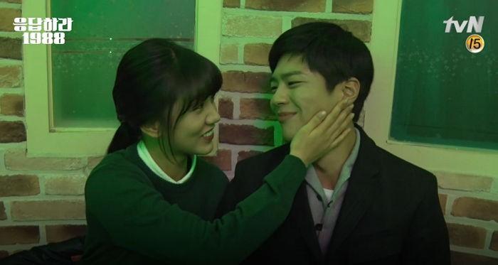 """Hyeri, Park Bo Gum y el resto del elenco de """"Reply 1988″ se despiden en un vídeo del detrás de las escenas"""