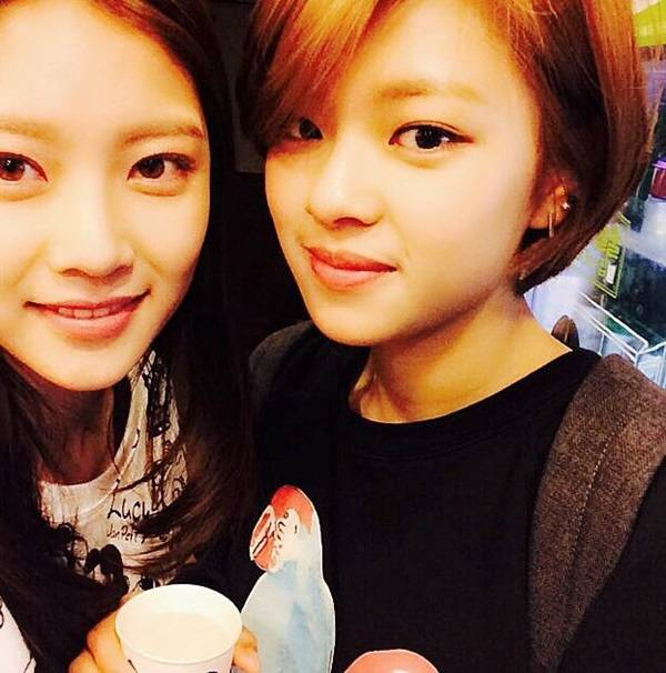 Gong Seung Yeon revela una foto de instituto de su hermana pequeña, Jeongyeon de TWICE