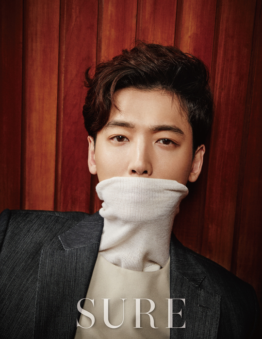 "Jung Kyung Ho destaca su actitud seria como actor con la revista ""SURE"""