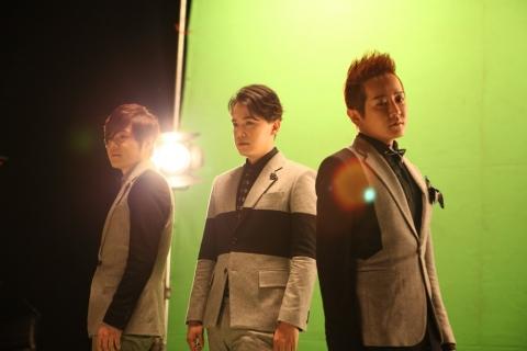 Jay Yoon de MC the Max responde a los rumores de que no se lleva bien con sus compañeros de grupo