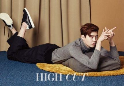 "Lee Jong Suk para ""High Cut"" + Menciona a ""Reply 1988"" y sus preocupaciones en la actuación"