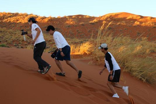 """Elenco de """"Reply 1988"""" es visto caminando en el desierto de Namibia para """"Youth Over Flowers"""""""