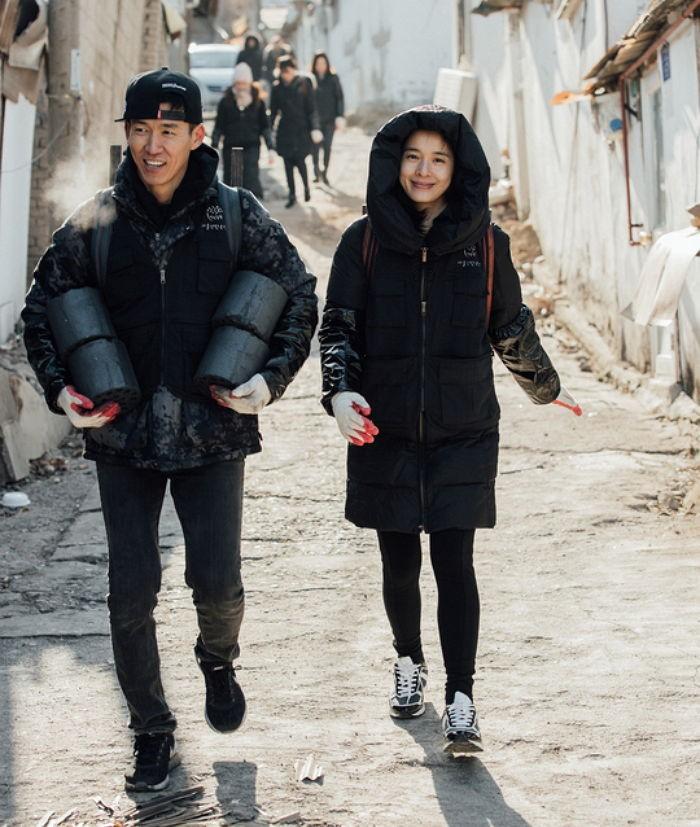 Sean y Jung Hye Young donan 500,000 briquetas de carbón