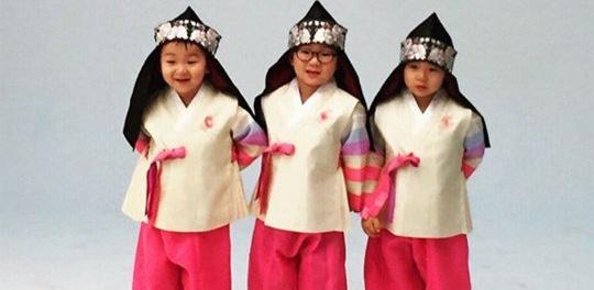 Los trillizos Song traen buena fortuna con su saludo de año nuevo lunar