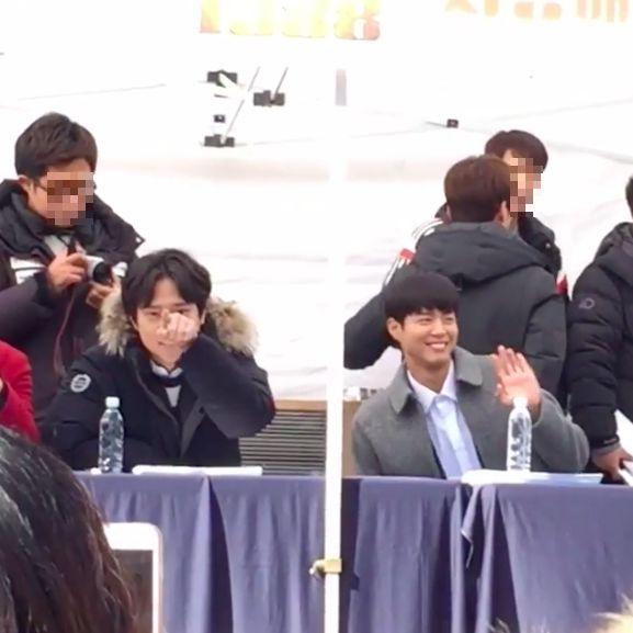Park Bo Gum y Ko Kyung Pyo saludan a los fans que graban su firma de autógrafos