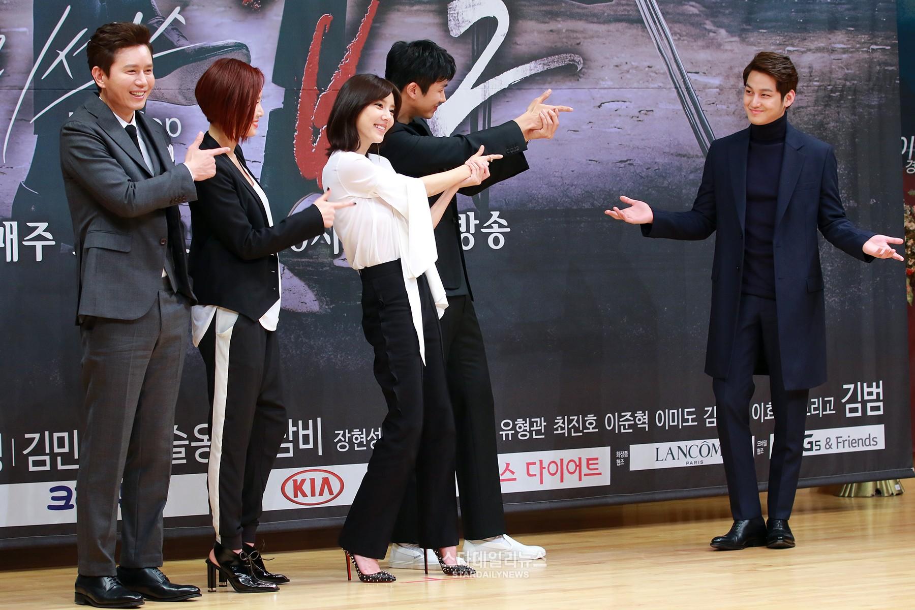 """Kim Bum es felicitado por su papel como villano en """"Mrs. Cop 2"""""""