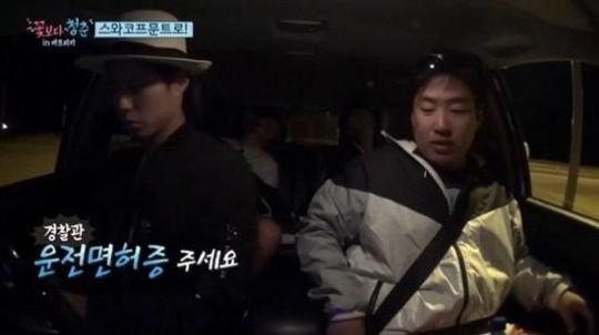 """Park Bo Gum es obligado por la policía a estacionarse en """"Youth Over Flowers"""""""