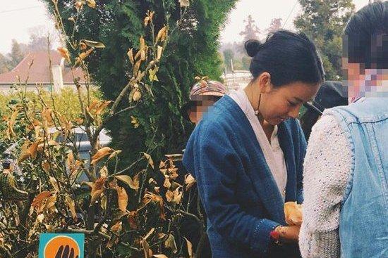 Hyori vista vendiendo artículos hechos a mano en un mercado de pulgas
