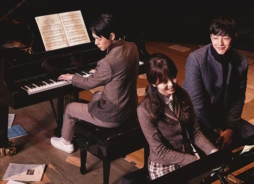 """Ji Soo y Kim So Hyun comienzan un dulce romance junto al piano en los pósters de """"Pageturner"""""""